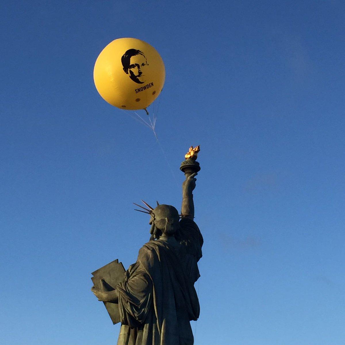 Над Парижем подняли воздушный шар с изображением Эдварда Сноудена